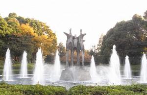 色づく公園と噴水<br />