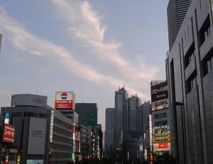 気持ちいい新宿の夕暮れ時<br />
